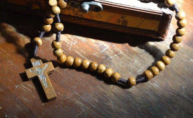 Der Rosenkranz gilt als Attribut der Dominikaner und in einer Legende wird erzählt, dass Dominicus von Maria selbst den Rasenkranz bekommen hätte.